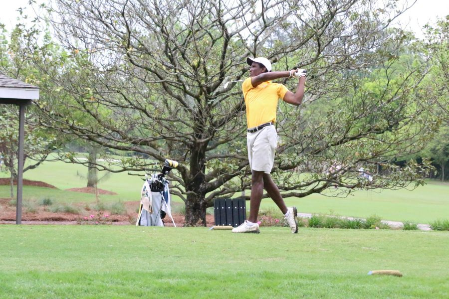 A+Loyola+golfer+finishes+his+swing+at+a+tournament+in+Audubon+Park+during+the+fall+semester+of+2015.+The+golf+team+is+currently+preparing+for+their+first+tournaments+of+the+season.