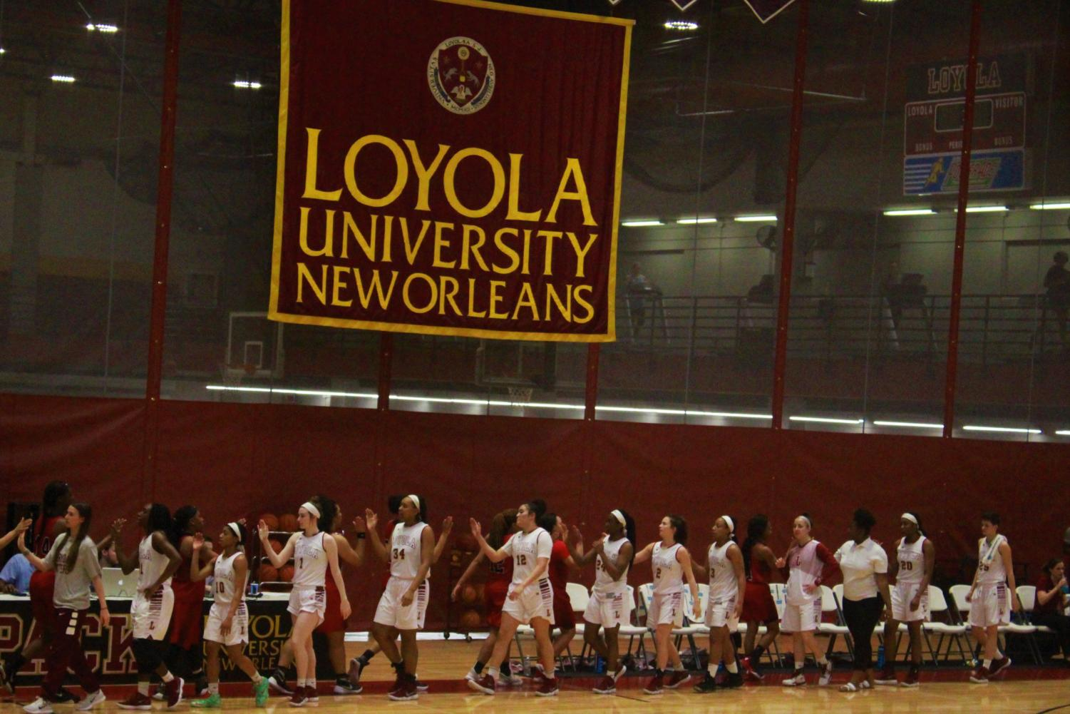 Loyola basketball teams split wins on Ring Night