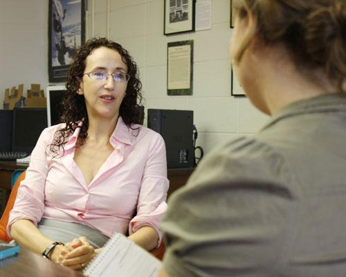 Naomi Yavneh speaking to a student in 2011. Photo credit: Geenah Acevedo
