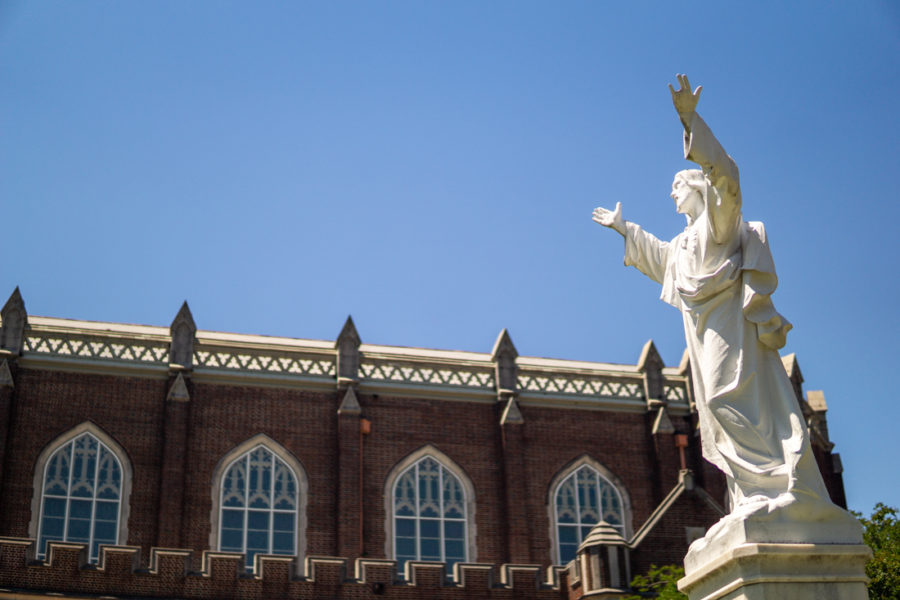 Statue+of+Jesus+stands+in+front+of+Marquette+Hall+on+St.+Charles+Ave.+Photo+credit%3A+Jacob+Meyer