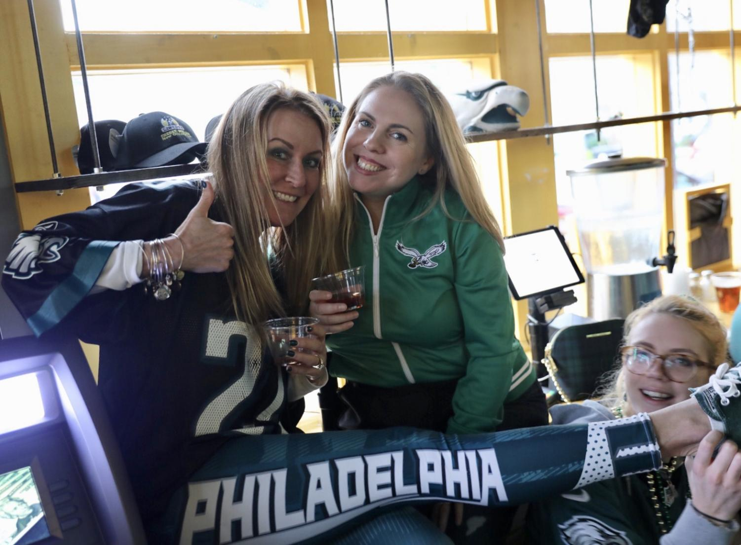 Philadelphia+fans+are+excited+to+watch+the+Eagles+vs.+Saints+game+at+Liberty+Cheesesteak.+Photo+credit%3A+Henry+Bean