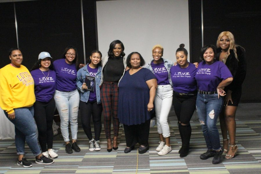 Members+of+Loyola%E2%80%99s+L.O.V.E.+chapter+pose+with+author+Asante+McGee+on+Jan.+29.+McGee+spoke+about+her+experiences+with+R.+Kelly+and+abuse.+Photo+credit%3A+Maia+Moses