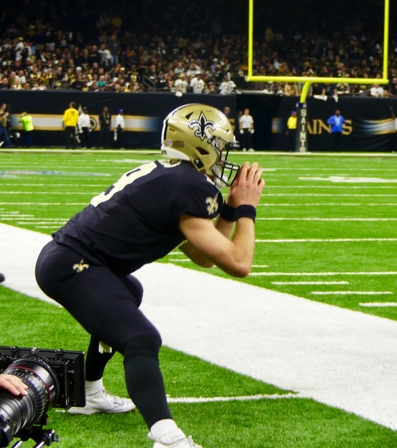 Quarterback+Drew+Brees+%289%29+stretches+before+the+NFC+Championship+game.+Photo+credit%3A+Olivia+Ledet
