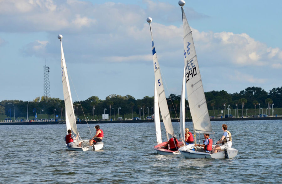 Loyola%E2%80%99s+sailing+club+practices+on+the+waters+of+Lake+Pontchartrain%2C+an+almost+20-minute+drive+away+from+campus.+The+sailing+team+offers+students+a+chance+to+compete+in+regattas+across+the+nation.+Photo+by+Sofia+Giordano.