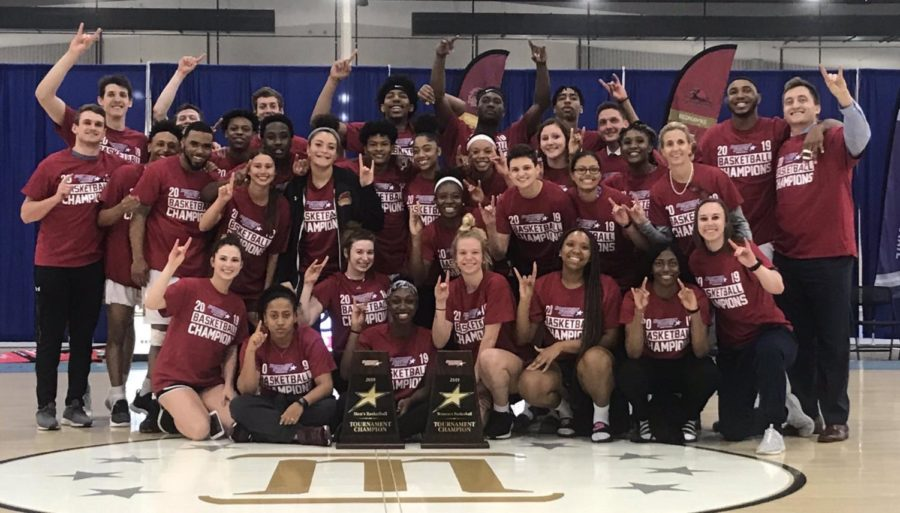 Both+Loyola+men%27s+and+women%27s+teams+pose+with+their+championship+trophies.+Photo+credit%3A+Brett+Simpson